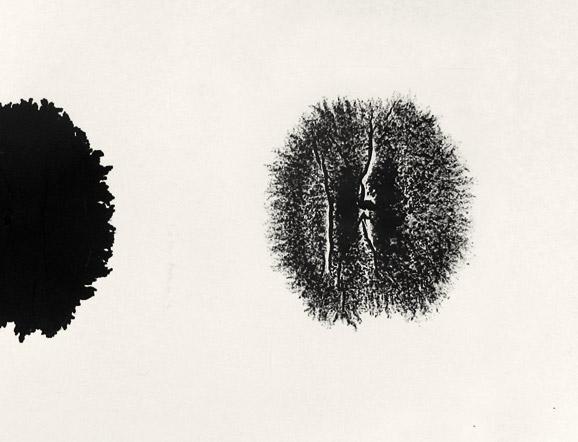 Eine Zeichnung von Corinne Laroche: Weißes Blatt mit einem großen schwarzen Filzstiftfleck
